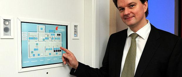 NRW-Klimaschutzminister Johannes Remmel und Smarthome Steuerzentrale